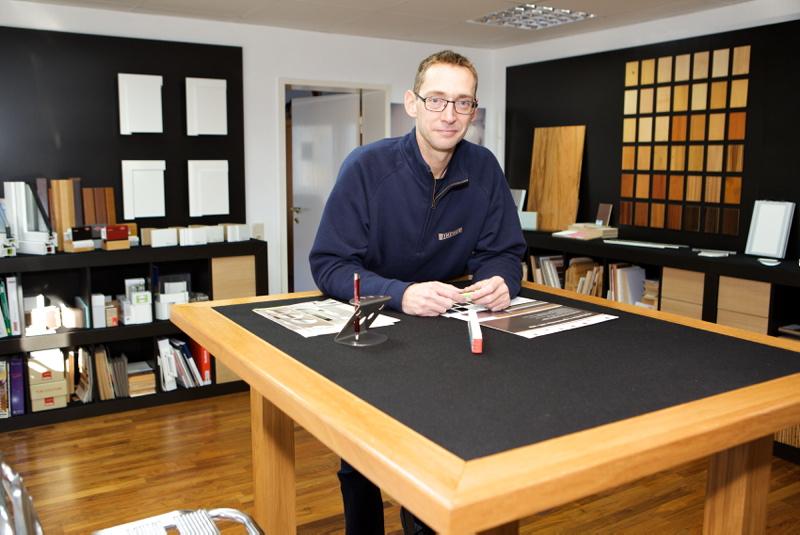 Schreinermeister Peter Dincher im Showroom